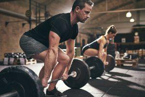 Machen Sie Rückenübungen im Fitnessstudio